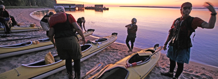 kayakers getting ready to go into Lake Superior